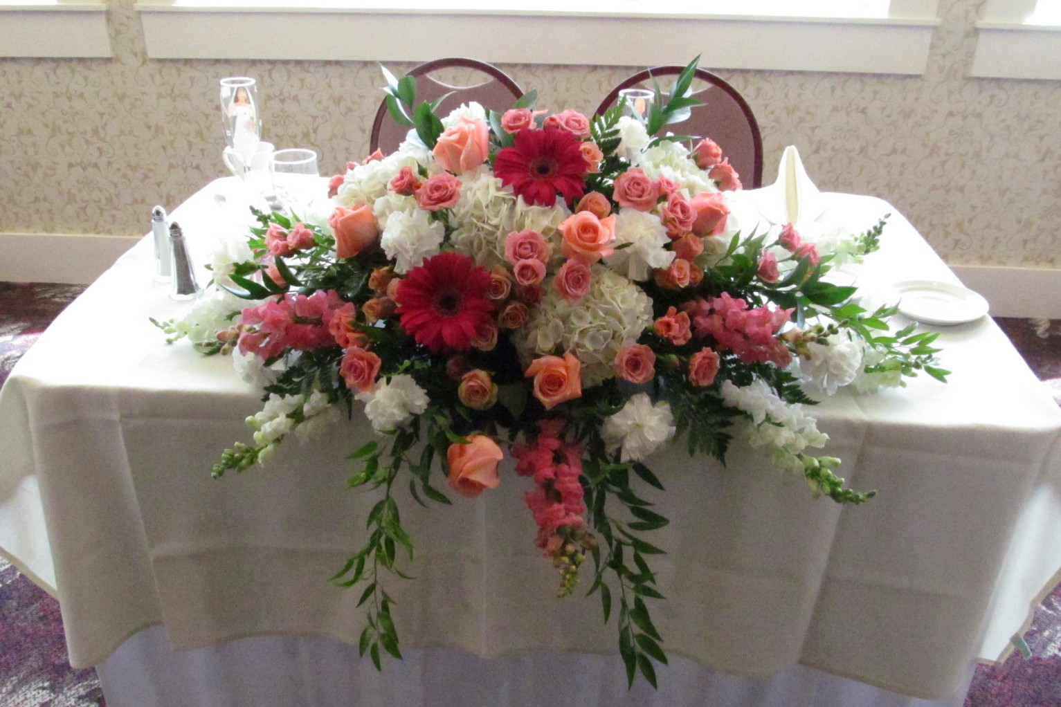 sweetheart table flowers buffalo wedding event flowers by lipinoga florist. Black Bedroom Furniture Sets. Home Design Ideas